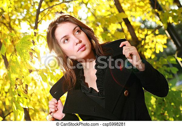 bonito, outono, mulher, jovem, amarela, forest., posar - csp5998281