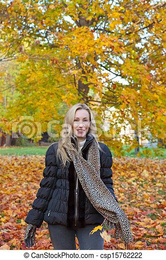 bonito, outono, mulher, parque - csp15762222