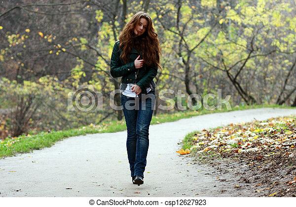 bonito, outono, mulher, parque, jovem - csp12627923