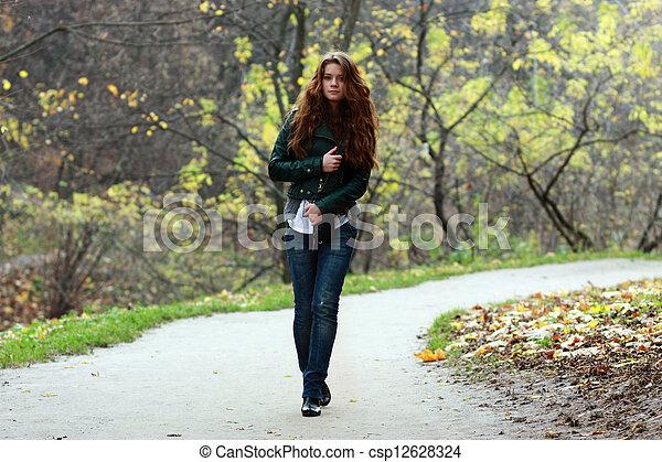 bonito, outono, mulher, parque, jovem - csp12628324
