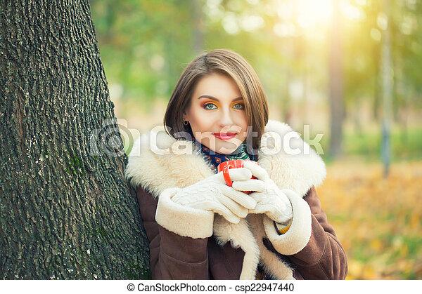 bonito, outono, mulher, parque, jovem - csp22947440