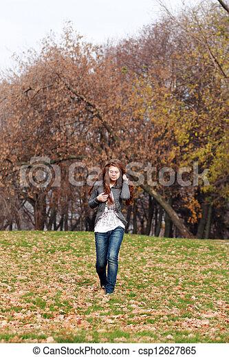 bonito, outono, mulher, parque, jovem - csp12627865