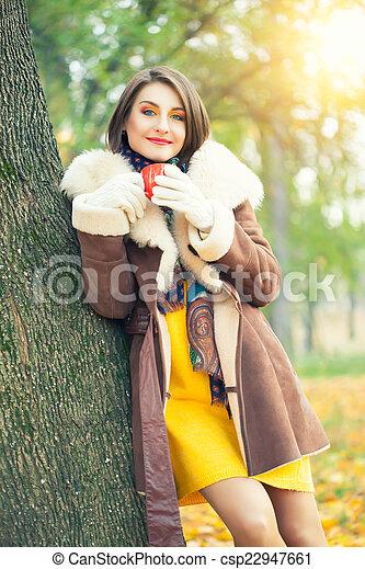 bonito, outono, mulher, parque, jovem - csp22947661