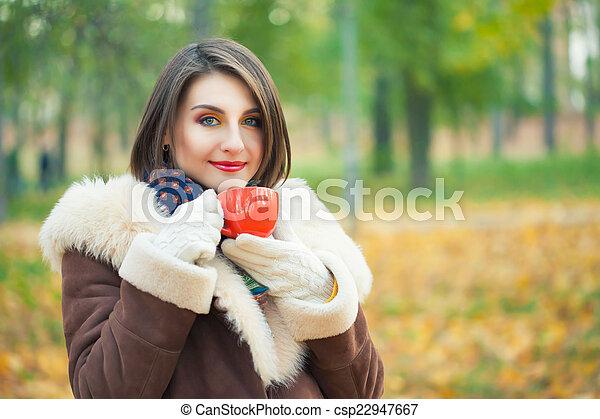 bonito, outono, mulher, parque, jovem - csp22947667