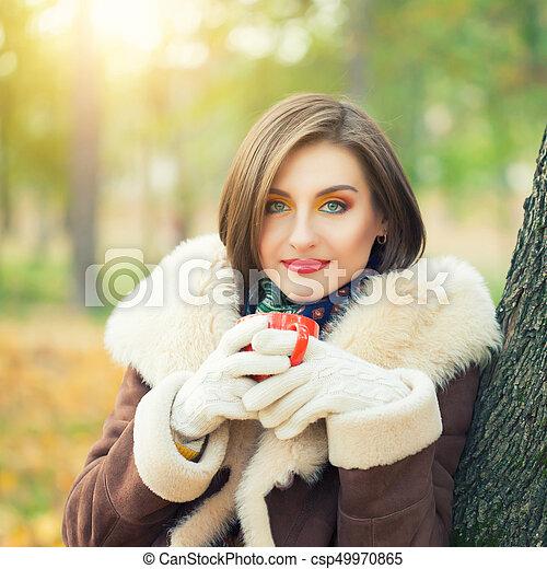 bonito, outono, mulher, parque, jovem - csp49970865