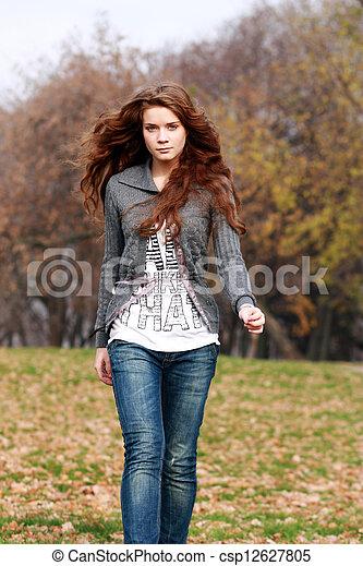 bonito, outono, mulher, parque, jovem - csp12627805