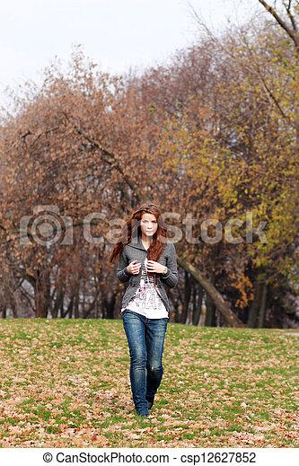bonito, outono, mulher, parque, jovem - csp12627852