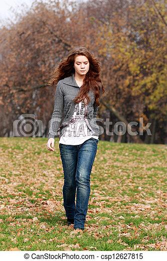 bonito, outono, mulher, parque, jovem - csp12627815