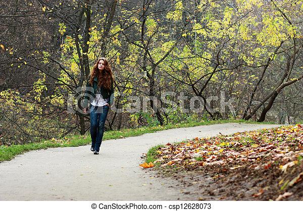 bonito, outono, mulher, parque, jovem - csp12628073