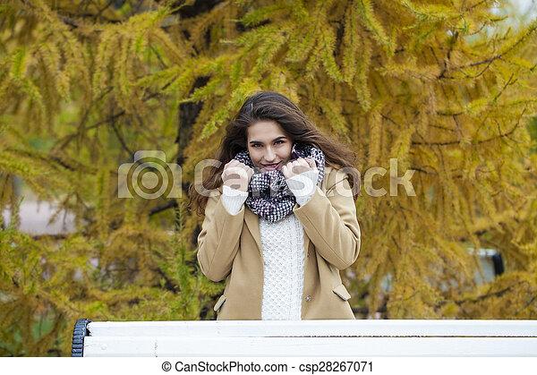 bonito, outono, mulher, parque, jovem - csp28267071