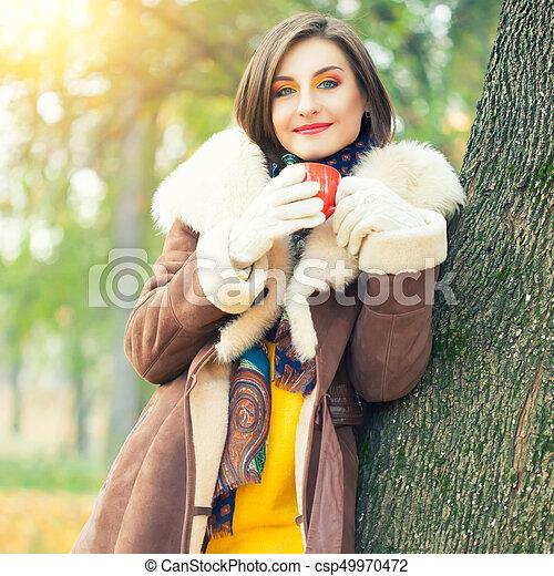 bonito, outono, mulher, parque, jovem - csp49970472