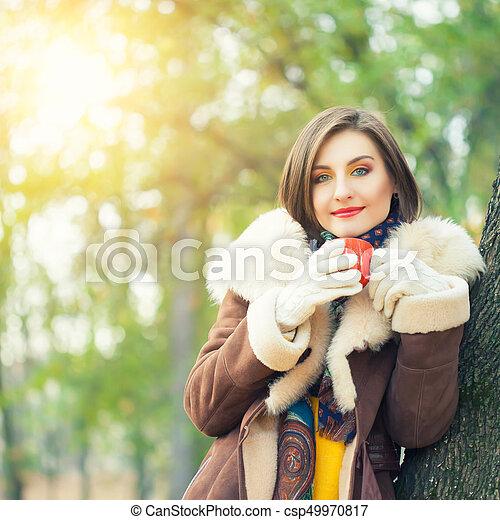 bonito, outono, mulher, parque, jovem - csp49970817