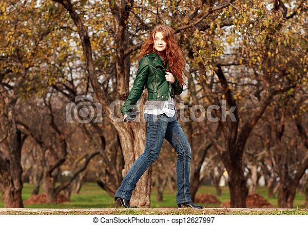 bonito, outono, mulher, parque, jovem - csp12627997