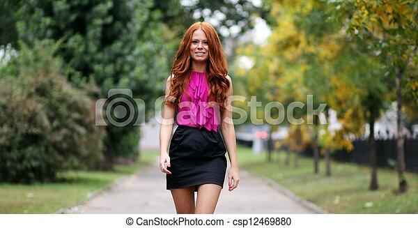 bonito, outono, park?, mulher, jovem - csp12469880