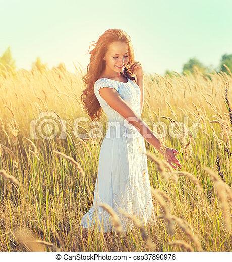 bonito, perfeitos, adolescente, cacheados, beleza, nature., cabelo longo, ao ar livre, menina, desfrutando, modelo - csp37890976