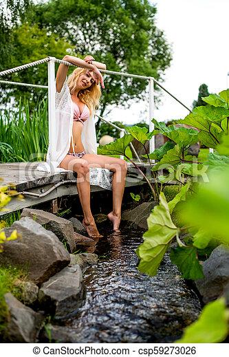 bonito, ponte, menina, fluxo, sentando - csp59273026