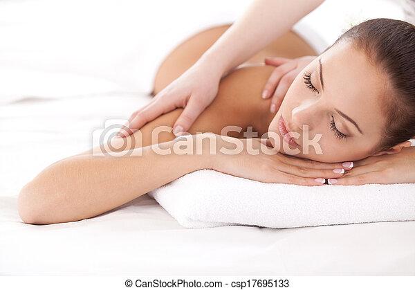 bonito, relaxation., ombros, mulher, dela, olhando jovem, enquanto, câmera, terapeuta, mentindo, frente, total, massaging, massagem - csp17695133