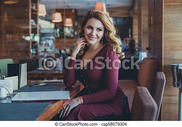 bonito, restaurant., assento mulher, modelo, café, sorrindo - csp58079304