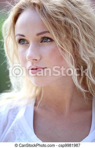 bonito, retrato, mulher sorridente, loura - csp9981987