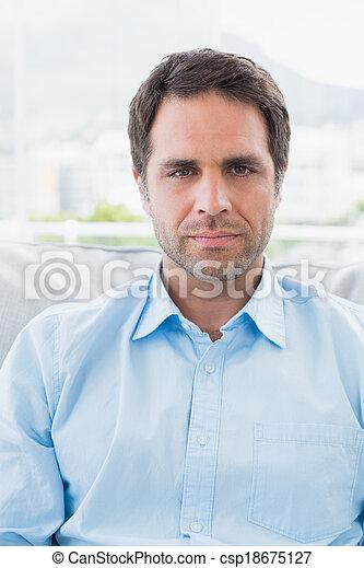 bonito, sofá, olhar, homem câmera, sério, sentando - csp18675127