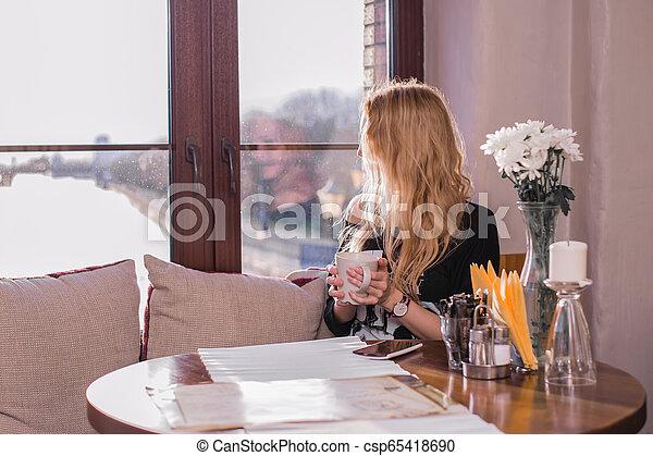 bonito, tabela, menina, café, sentando - csp65418690