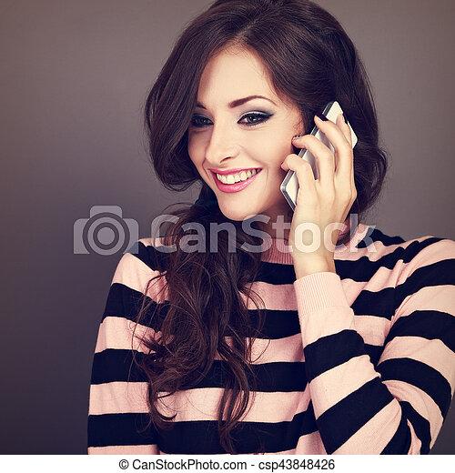 bonito, toothy, mulher, cacheados, sorrir., móvel, maquilagem, grisalhos, telefone, closeup, fundo, retrato, falando, feliz, style., toned - csp43848426