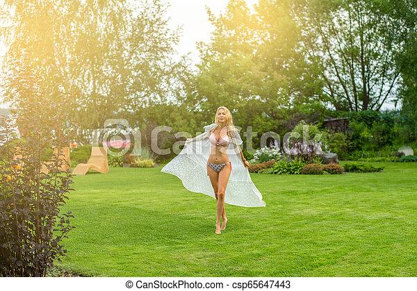 bonito, verão, gramado, mulher, descalço, jardim, youmg, loura - csp65647443