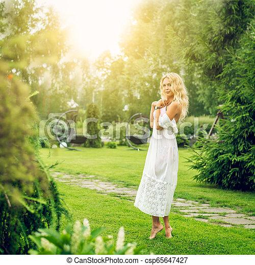 bonito, verão, gramado, mulher, descalço, jardim, youmg, loura - csp65647427