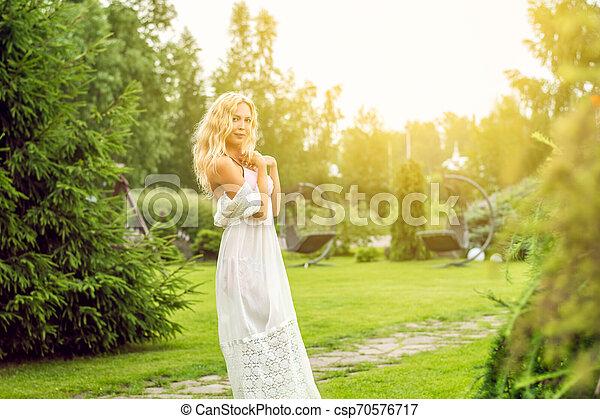 bonito, verão, gramado, mulher, descalço, jardim, youmg, loura - csp70576717