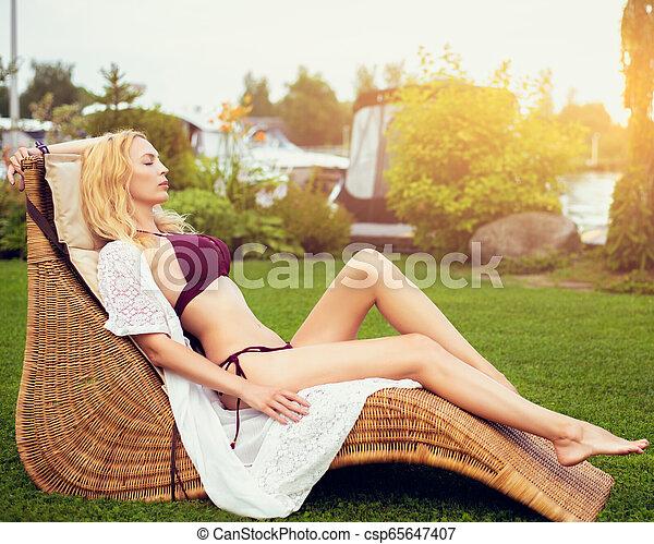 bonito, verão, mulher, jardim, vime, youmg, lounger - csp65647407