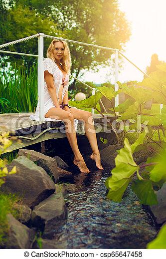 bonito, verão, mulher, jardim, youmg, loura - csp65647458