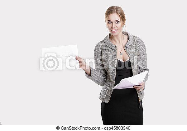 bonito, vestido, mulher segura, negócio, cinzento, jovem, casaco, experiência preta, papeis, pasta, sorrindo - csp45803340