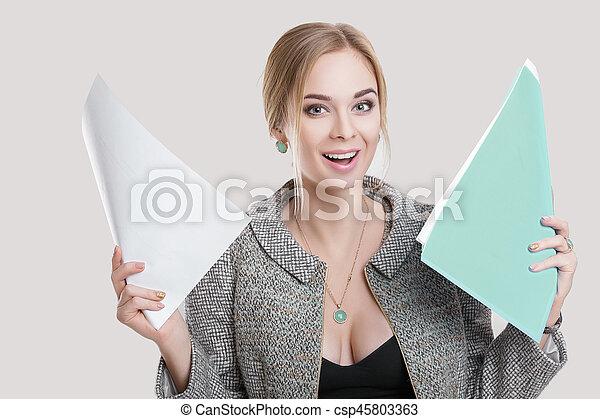 bonito, vestido, mulher segura, negócio, cinzento, jovem, casaco, experiência preta, papeis, pasta, sorrindo - csp45803363