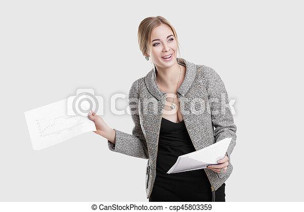 bonito, vestido, mulher segura, negócio, cinzento, jovem, casaco, experiência preta, papeis, pasta, sorrindo - csp45803359