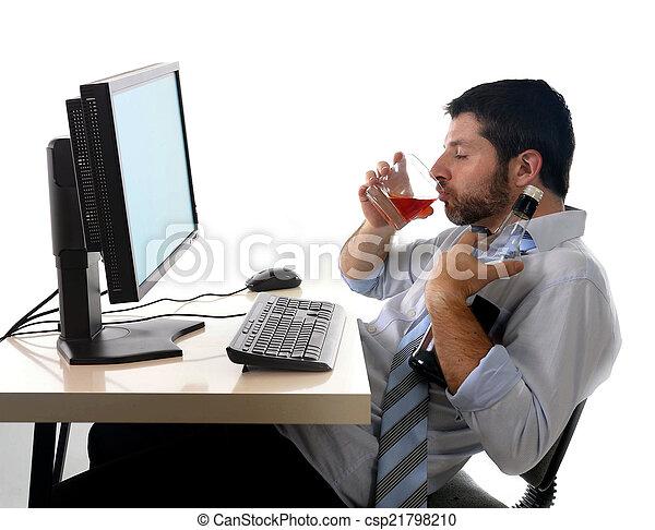 Hombre de negocios alcohólico bebiendo whisky sentado borracho en la oficina con ordenador - csp21798210
