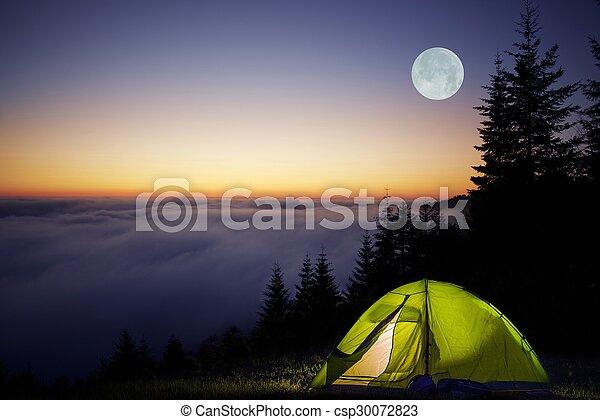 Acampar en un bosque - csp30072823