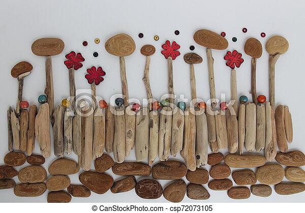 Naturaleza, medio ambiente y botánica, corteza de árbol, ramas y flores con cuentas de cerámica. - csp72073105