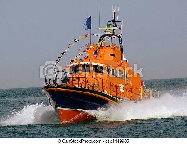 Un bote salvavidas en el océano - csp1449985