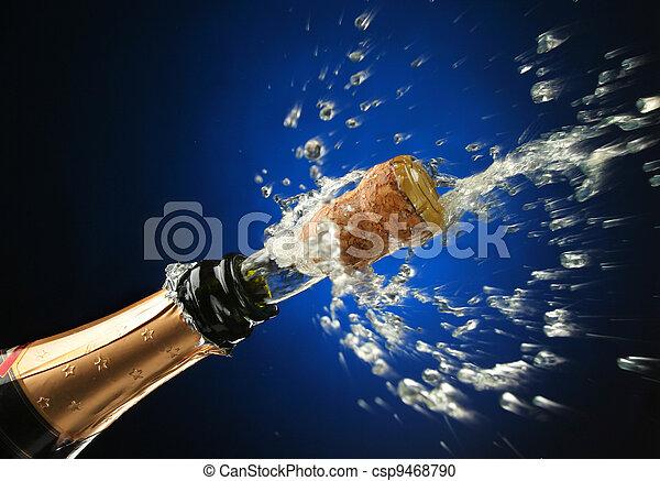 Una botella de champaña lista para la celebración - csp9468790