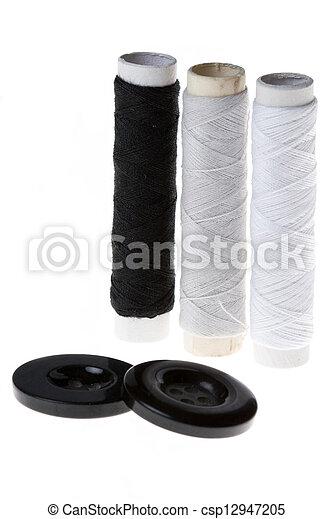 Bolsas con hilo de algodón y botones - csp12947205