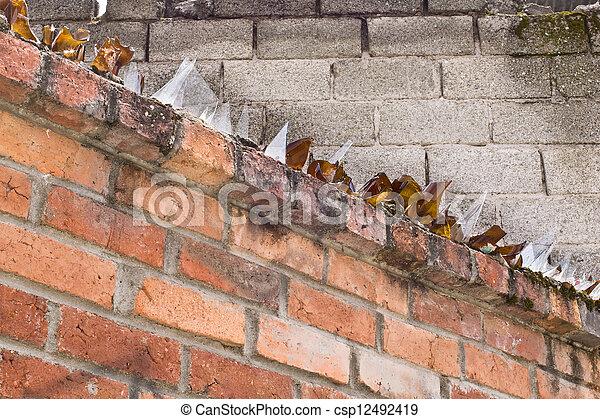 Pareti Con Bottiglie Di Vetro : Bottiglie rotto parete cima mattone vetro marrone usato
