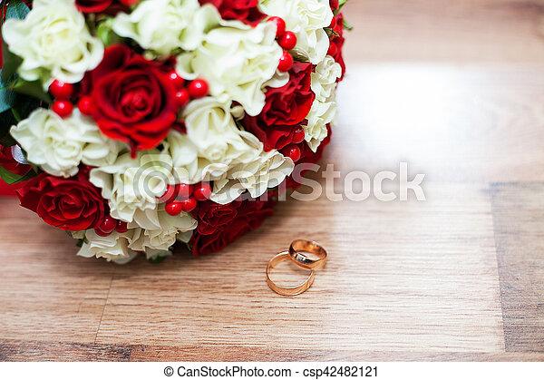 Bouquet Anneaux Roses Mariage Table Blanc Rouge