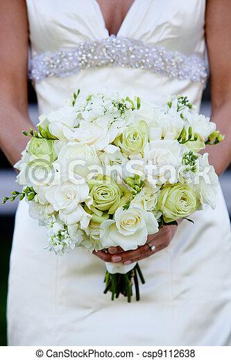 bouquet nuptial bouquet mari e vert tenue mariage fleurs blanches. Black Bedroom Furniture Sets. Home Design Ideas
