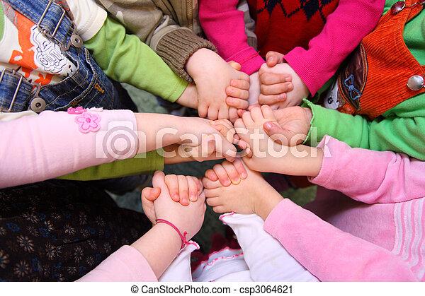 bovenzijde, verbonden, kinderen, stander, handen, hebben, aanzicht - csp3064621
