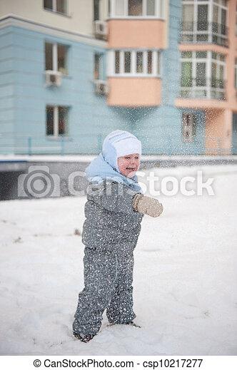 Boy playin in snow - csp10217277