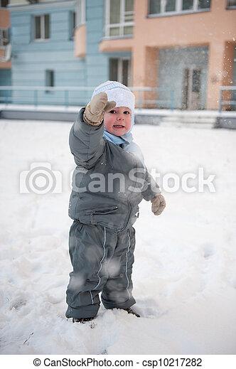 Boy playin in snow - csp10217282