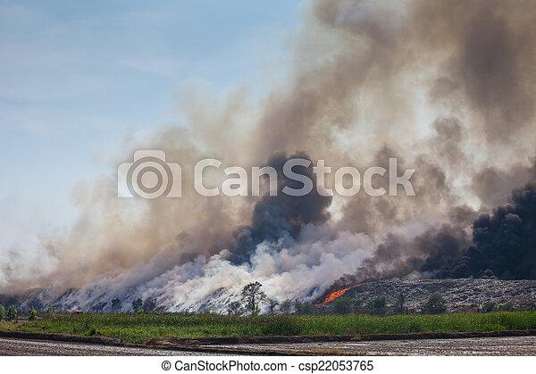 brûlé, déchets, tas, fumée - csp22053765