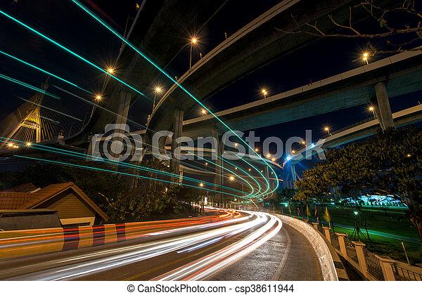 Leichter Weg auf der Straße unter der bhumibol Brücke - csp38611944
