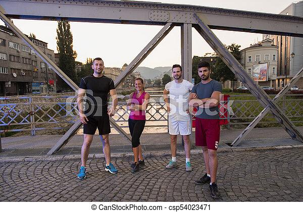 brücke, personengruppe, junger, jogging, über - csp54023471