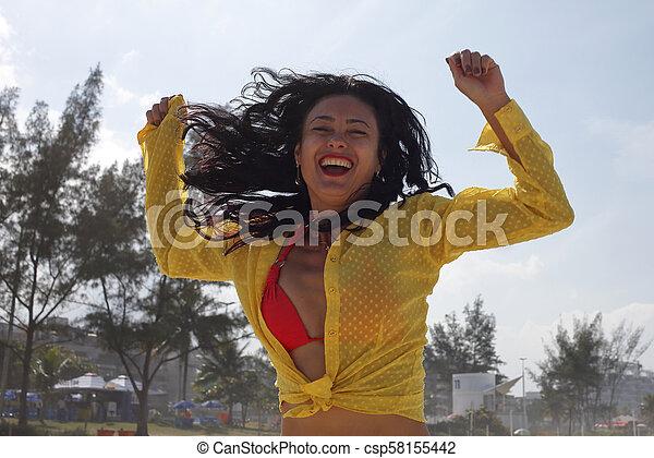 Mujer celebrando gol en Brasil - csp58155442